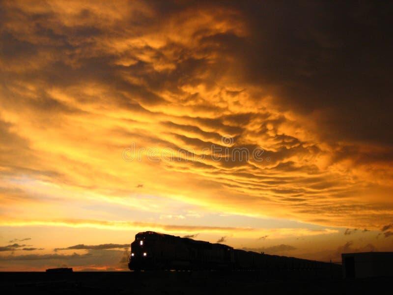 Tren contra la puesta del sol 1 fotos de archivo libres de regalías