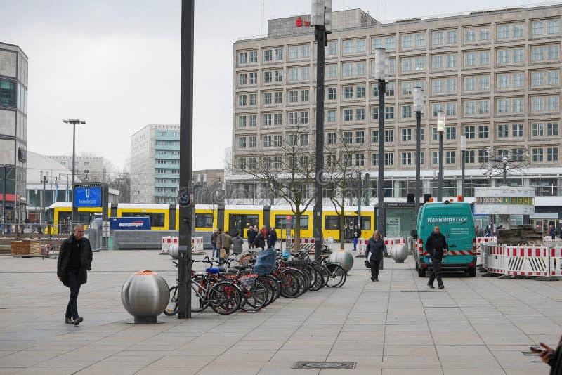 Tren de AlexanderPlatz Berlín, del metro y el reloj mundial fotografía de archivo