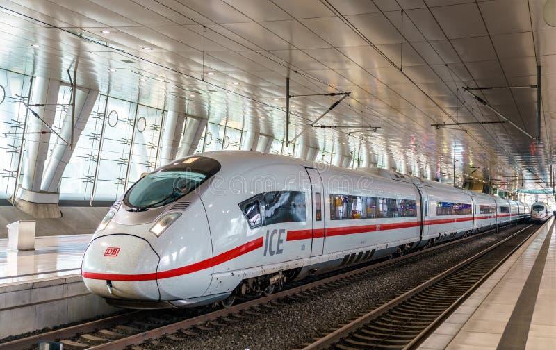 Tren de alta velocidad del HIELO 3 en la estación de la distancia del aeropuerto de Francfort alemania fotografía de archivo