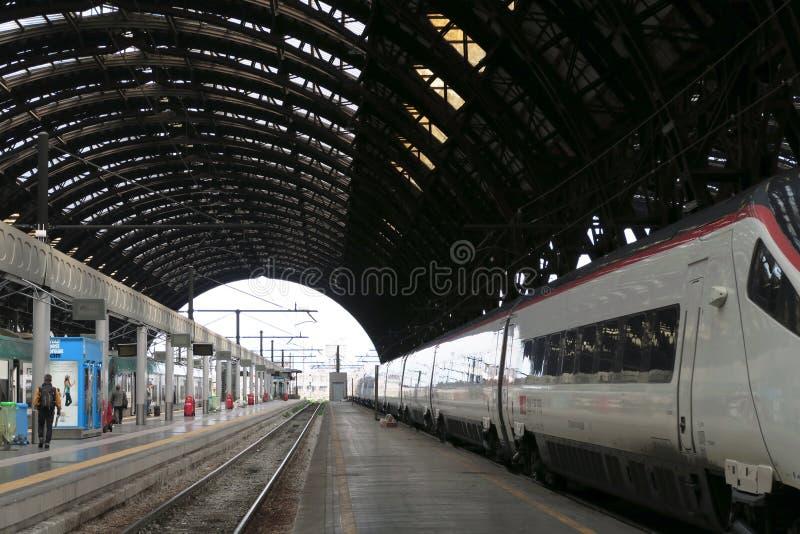 Tren de alta velocidad en la estación foto de archivo libre de regalías