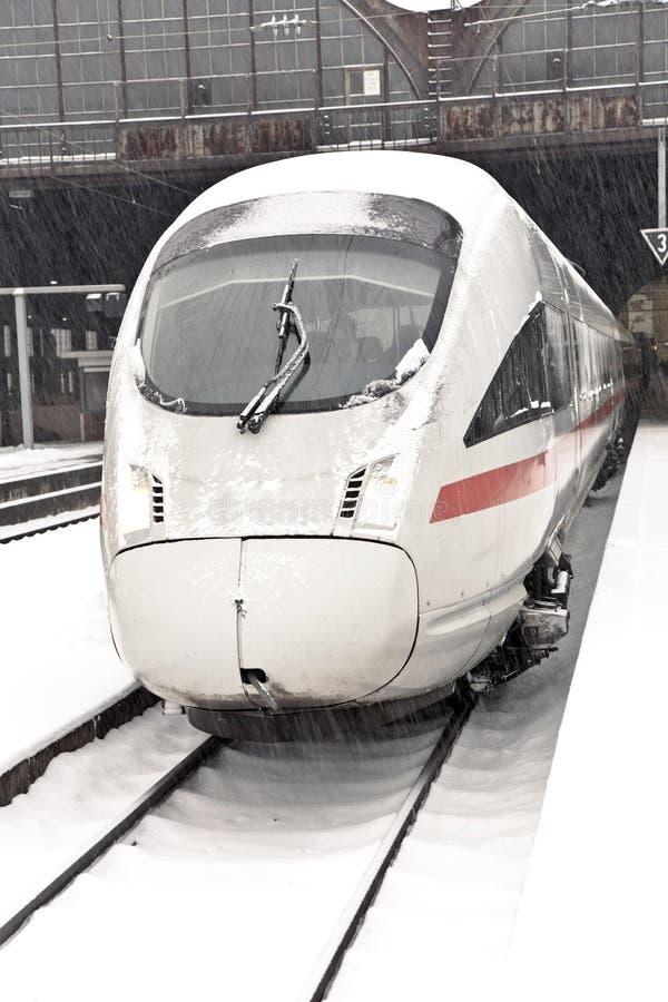 Tren de alta velocidad en la estación en invierno fotografía de archivo