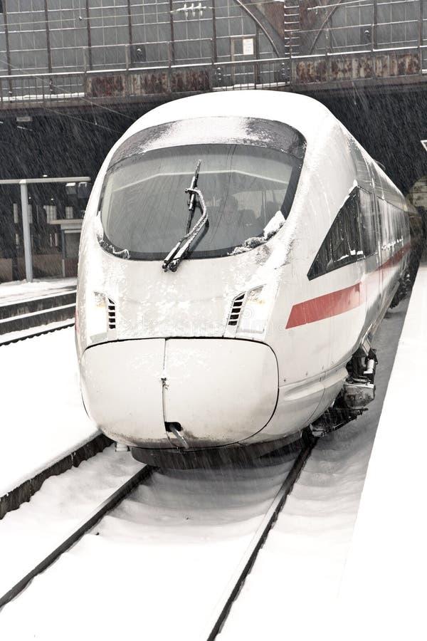 Tren de alta velocidad en la estación en invierno imagen de archivo