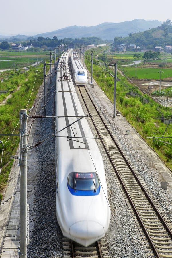 Tren de alta velocidad en la línea doble ferrocarril foto de archivo libre de regalías