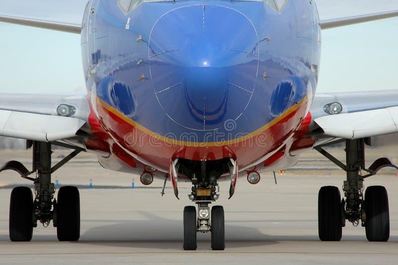 Tren de aterrizaje ascendente cercano del aeroplano que muestra imágenes de archivo libres de regalías