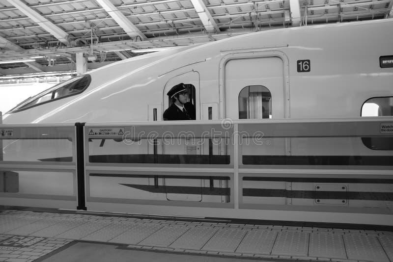 Tren de bala japonés alrededor a salir de la estación en Japón durante los días de fiesta de los Años Nuevos de enero imagenes de archivo