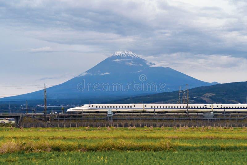 Tren de bala rápido, conduciendo y pasando la montaña Fuji cerca de Tokio foto de archivo
