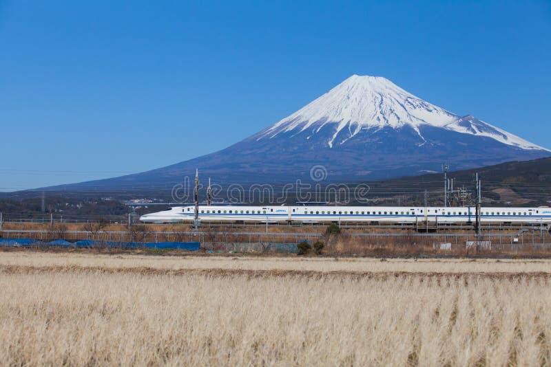Tren de bala Tokaido Shinkansen con la vista de la montaña Fuji fotos de archivo libres de regalías