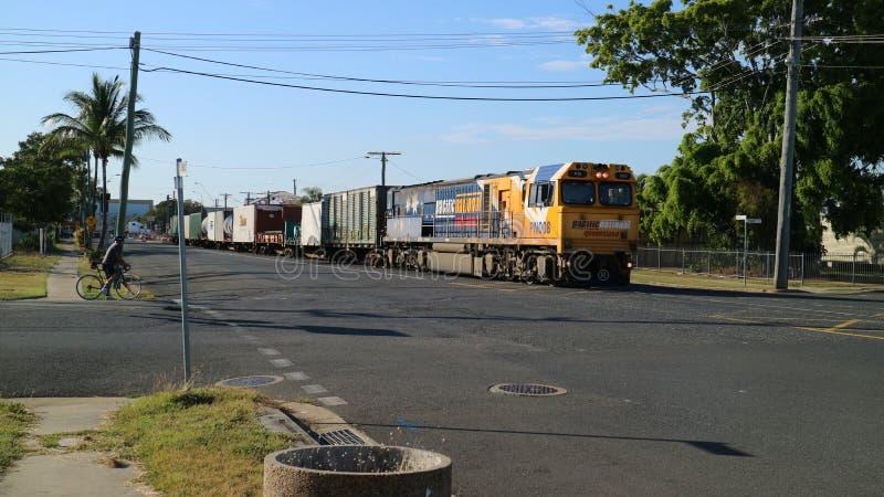 Tren de carga con el cargo, Queensland nacional pacífico, Rockhampton Australia fotografía de archivo