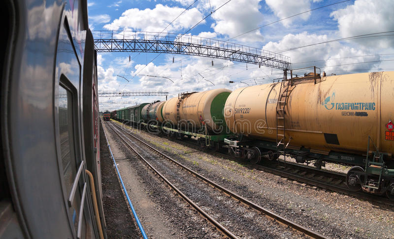 Tren de carga con los coches del petrolero imágenes de archivo libres de regalías