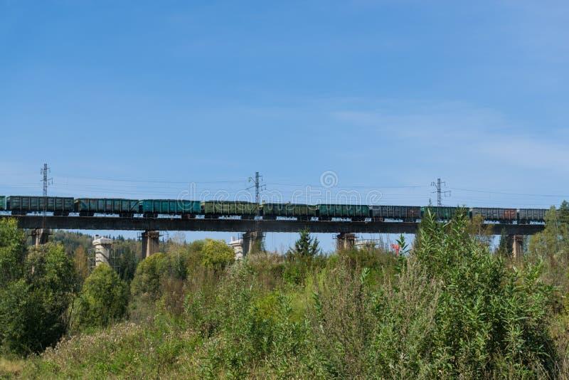 Tren de carga en el puente fotografía de archivo