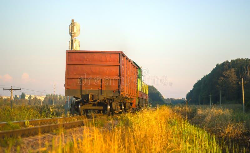 Tren de carga en la tarde imágenes de archivo libres de regalías