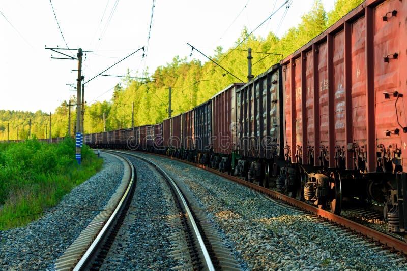 Tren de carga largo foto de archivo