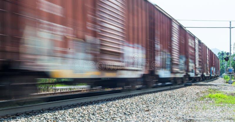Tren de carga que apresura imagen de archivo