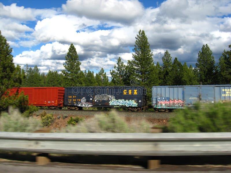 Tren de carga que apresura cerca fotos de archivo