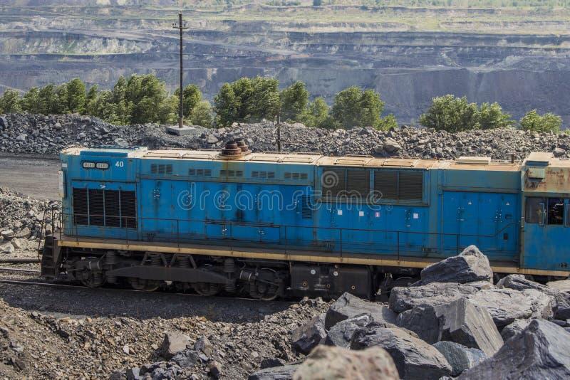 Tren de carga que se coloca en una mina del hierro imágenes de archivo libres de regalías
