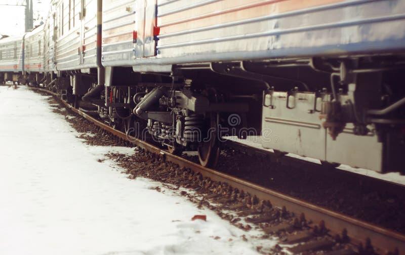 Tren de carromatos, colocándose en los carriles, que se cubren con moho fotografía de archivo libre de regalías