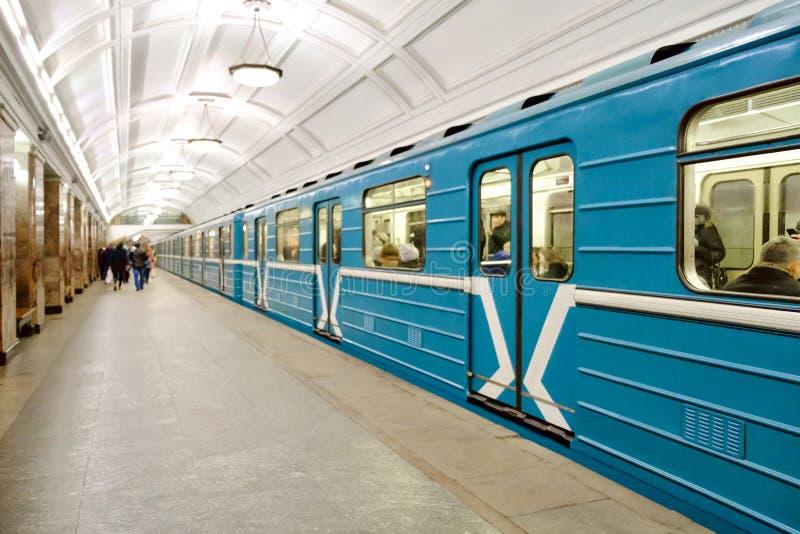 Tren de carromatos en la estación de metro subterráneo de Moscú foto de archivo