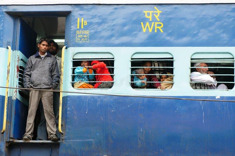Tren de cercanías apretado indio en Delhi fotos de archivo