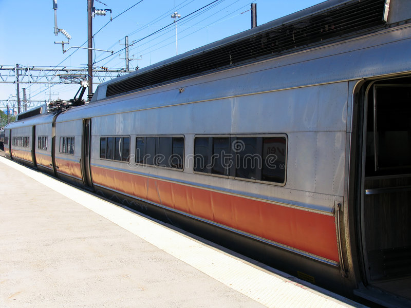 Tren de cercanías que espera en la estación fotos de archivo libres de regalías