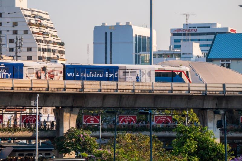 Tren de cielo del Bts, Bangkok, Tailandia que pasa la estación del monumento de la victoria foto de archivo libre de regalías
