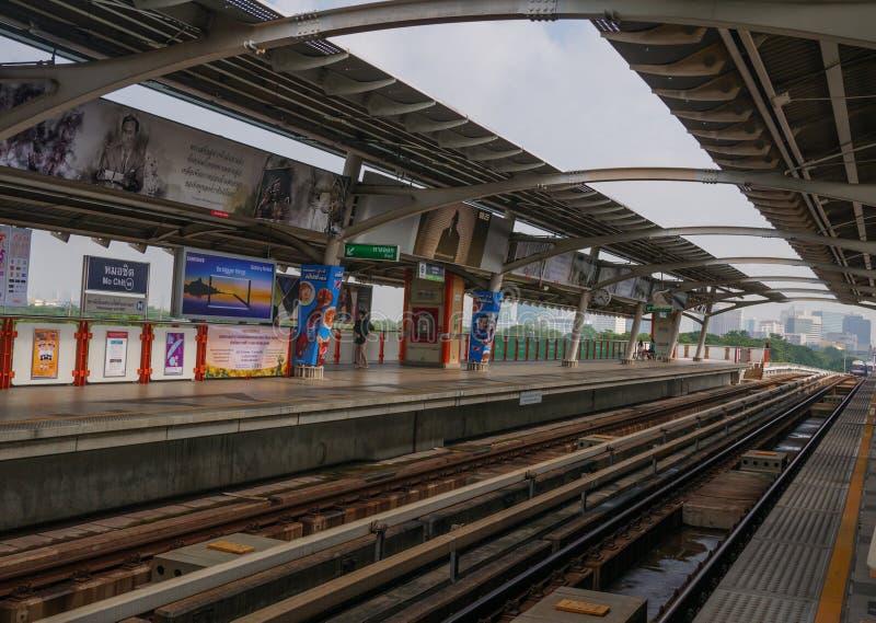 Tren de cielo del BTS, el sistema rápido de Bangkok que llega la estación imagen de archivo libre de regalías