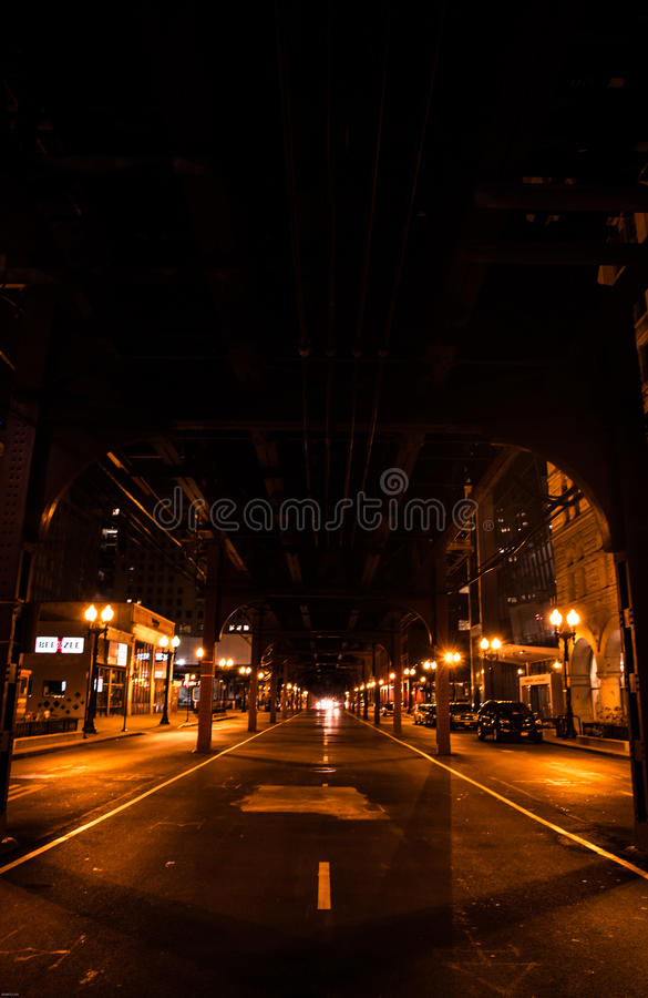 Tren de CTA en Chicago en la noche en estilo de la vida nocturna imagenes de archivo