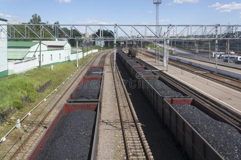 Tren de ferrocarril con el carbón foto de archivo
