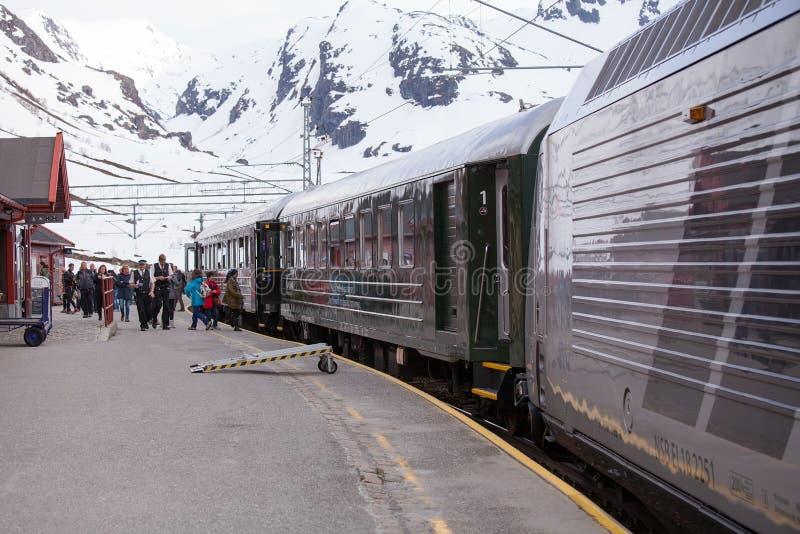 Tren de Flamsbana en Myrdal, Aurland, Noruega imagenes de archivo