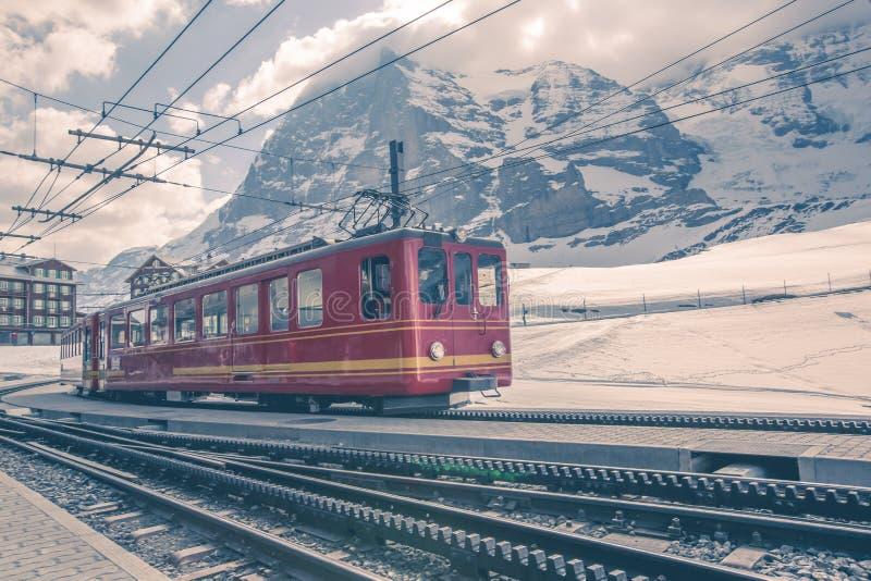 Tren de Jungfraujoch en la estación de Kleine Scheidegg - Wengen, Suiza fotografía de archivo