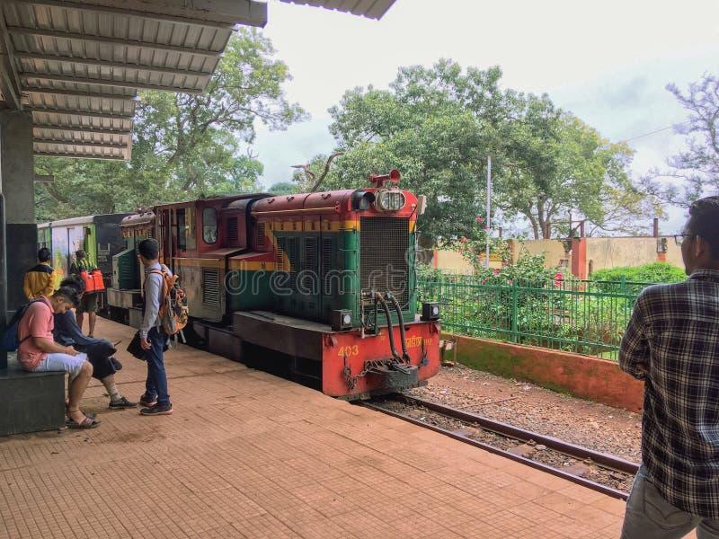 Tren de la colina de Matheran que llega para colocar el maharashtra la INDIA del distrito de Matheran Raigad fotos de archivo libres de regalías