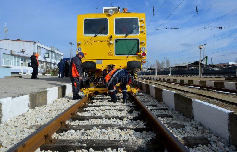 Tren de la construcción de vía en el ferrocarril en Sofía, Bulgaria 25 de noviembre de 2014 imagenes de archivo