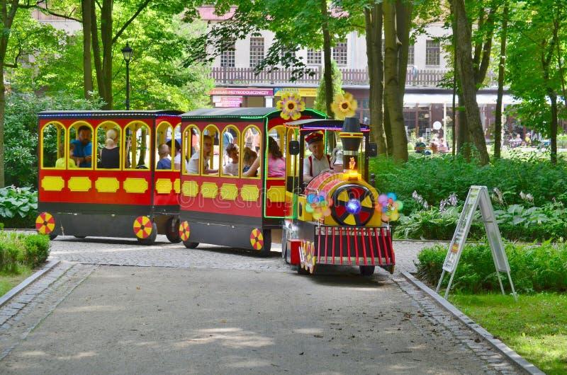 Tren de la diversión, parque del balneario, Kudowa Zdroj imagenes de archivo