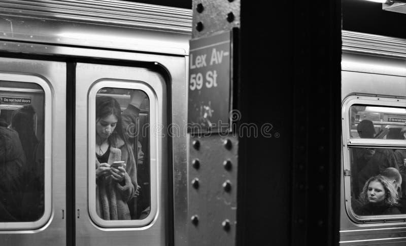 Tren de la parte alta del tránsito de la ciudad de Manhattan de la avenida de Lexington de la muestra del subterráneo de NYC que  imagen de archivo libre de regalías