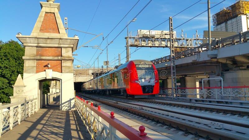 Tren de Lastochka en el puente en Moscú foto de archivo