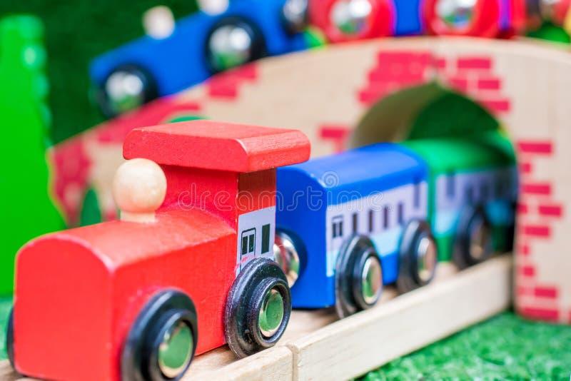 Tren de madera como gran regalo de Navidad fotos de archivo