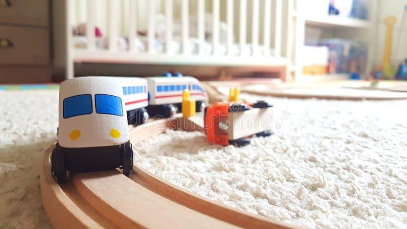 Tren de madera del juego de niños en el cuarto de niños imagenes de archivo