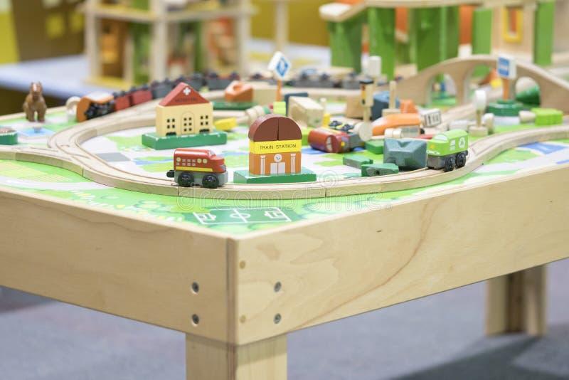 Tren de madera del juguete - los juguetes para los niños juegan los juguetes educativos determinados para p foto de archivo