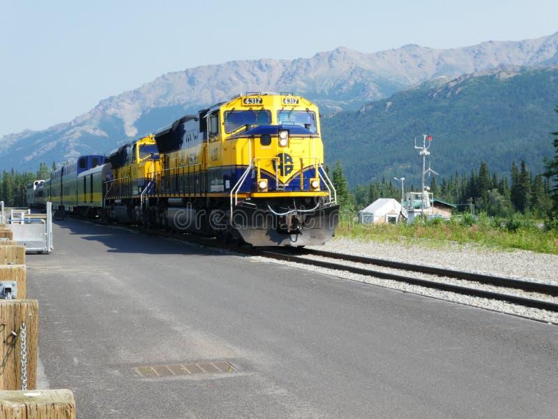 Tren de pasajeros en dirección del sur del ferrocarril de Alaska foto de archivo
