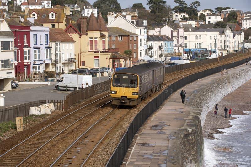 Tren de pasajeros en el malecón en Dawlish en Devon Reino Unido foto de archivo