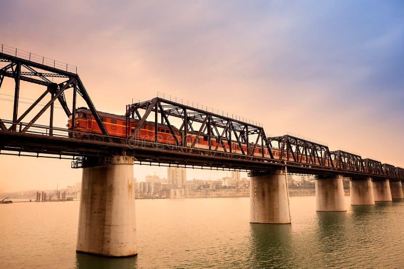 Tren de pasajeros en el puente fotos de archivo libres de regalías