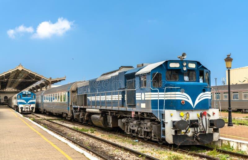 Tren de pasajeros en la estación de Orán en Argelia fotos de archivo libres de regalías