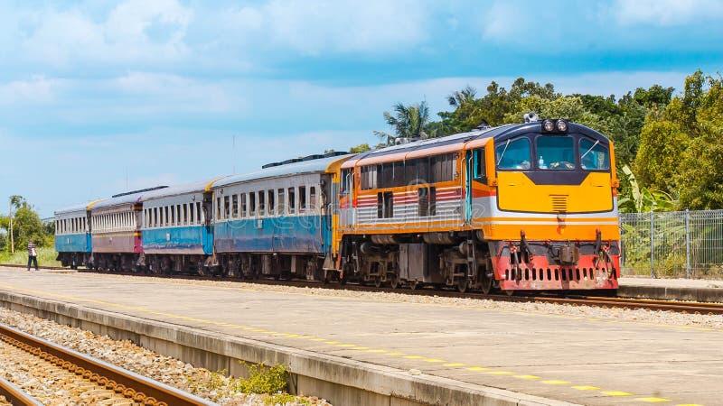 Tren de pasajeros en la estación suburbana fotos de archivo
