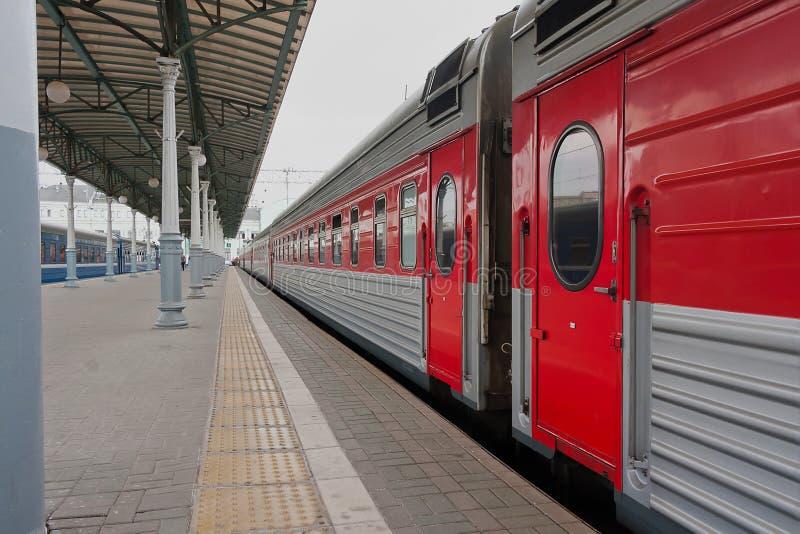 Tren de pasajeros en la plataforma fotos de archivo libres de regalías
