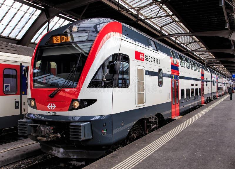 Tren de pasajeros en la plataforma del ferrocarril principal de Zurich foto de archivo libre de regalías