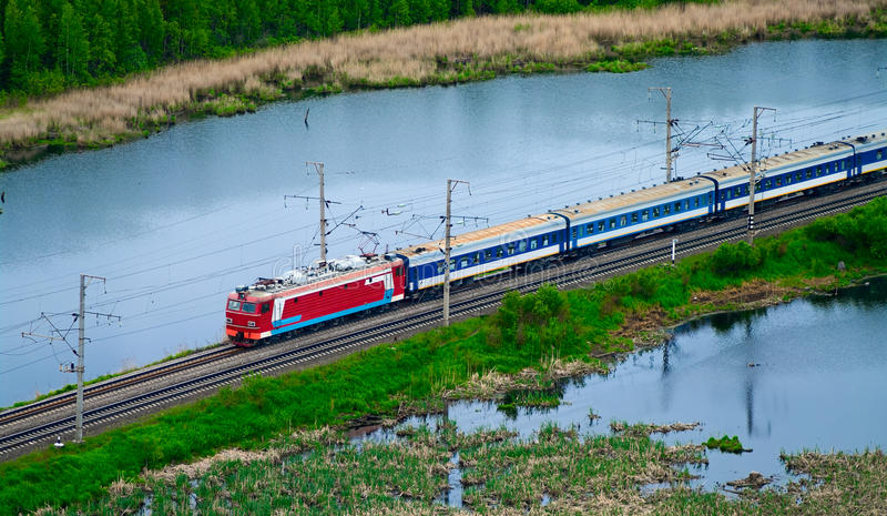 Tren de pasajeros entre los lagos fotografía de archivo libre de regalías