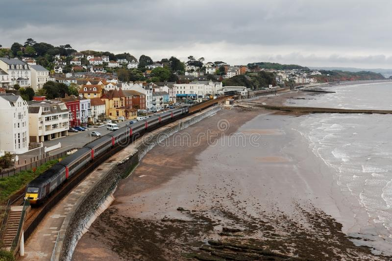 Tren de pasajeros interurbano 125 del campo a través que sale de la estación de Dawlish, Devon, Reino Unido foto de archivo