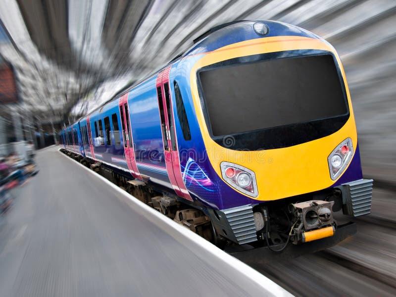 Tren de pasajeros moderno rápido con la falta de definición de movimiento imagen de archivo libre de regalías