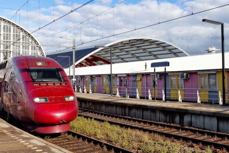 Tren de pasajeros rápido moderno imagenes de archivo
