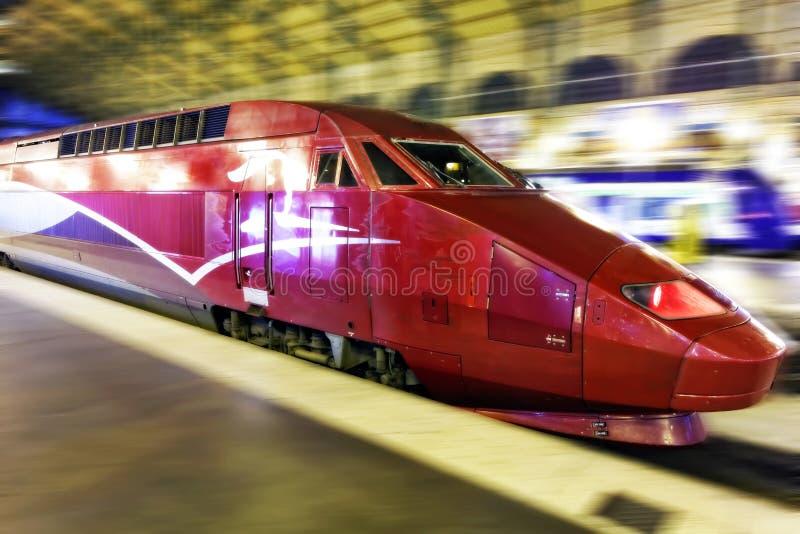 Tren de pasajeros rápido moderno. Efecto del movimiento foto de archivo