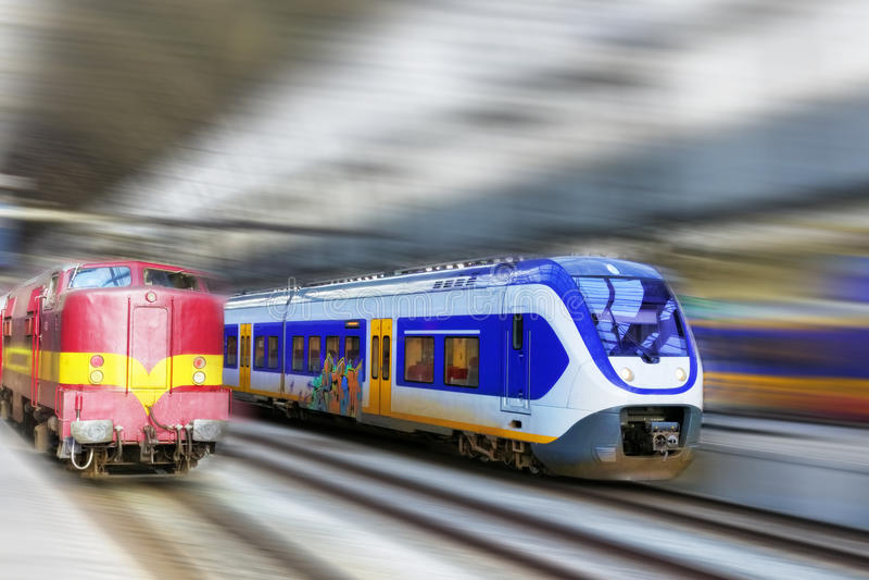 Tren de pasajeros rápido moderno. Efecto del movimiento foto de archivo libre de regalías